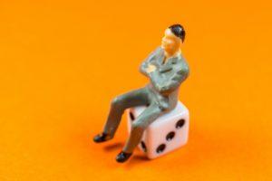 イスに座る男性画像